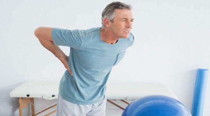 Paciente com dor nas costas, possível indicação para a prescrição do ibuprofeno.