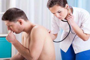 Sintomas da pneumonia em adultos, crianças e idosos