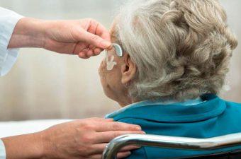 SURDEZ NO IDOSO (presbiacusia) – Sintomas e tratamento