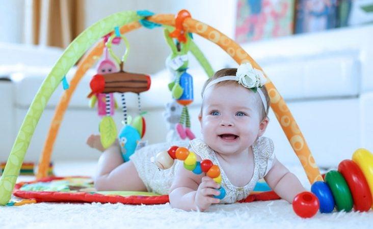 Brinquedos que estimulam a visão do bebê.
